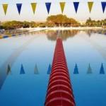 stage natation à Majorque, bassin 50m découvert, lignes d'eau anti-vagues et drapeaux